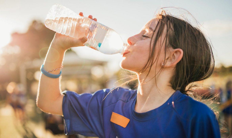 آب خوردن دختر جوان
